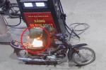 Clip: Tài xế Dream bật lửa soi bình xăng và cái kết thót tim