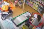 Clip: Nữ 'ninja' lao xe tông vỡ kính cửa hàng, dọa nhân viên sợ khiếp vía