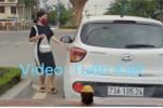 Clip: Nữ tài xế đậu ôtô giữa đường để đi mua đồ ăn