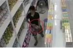 Clip: Nam 'đạo chích' vào siêu thị, trộm sữa giấu trong quần bị camera ghi lại