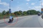 Xe máy phóng tốc độ 'bàn thờ', tông trực diện xe khách trên cầu