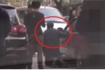 Clip: Đi ngược chiều, gã côn đồ rút dao ép tài xế taxi đi đúng quỳ xin lỗi