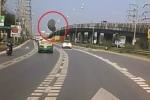 Video: Ô tô suýt đâm phải khối bê tông khổng lồ từ trên trời rơi xuống