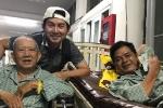 Đang nằm viện, nghệ sĩ Mạc Can vẫn ngồi xe lăn đến động viên diễn viên Mai Trần