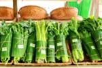 Cửa hàng, siêu thị khắp nơi hưởng ứng gói rau củ bằng lá chuối khiến khách hàng thích thú