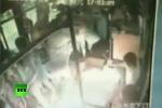 Clip: Châm lửa đốt xe bus chật ních người ở Trung Quốc