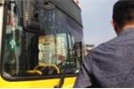 Va chạm rồi bỏ chạy, xe buýt bị chặn đầu đập vỡ kính