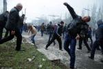 Video người biểu tình thân Nga tấn công đồn cảnh sát