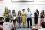 Học viên hát mừng sinh nhật PGS Trương Gia Bình ngay tại lớp học