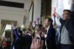Sinh viên ĐH Kinh tế Quốc dân mang xoong chảo mừng U23 Việt Nam chiến thắng