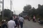 Dân chặn xe chở bình ắc quy cũ, phản đối nhà máy xử lý rác thải nguy hại