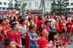 Hàng trăm người lớn, trẻ nhỏ đổ ra sân HH Linh Đàm cổ vũ cho tuyển Việt Nam