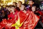 Dân TP.HCM 'nhuộm đỏ' phố đi bộ Nguyễn Huệ cổ vũ đội tuyển Việt Nam