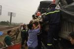 Ô tô tải húc đuôi xe container, 3 người mắc kẹt trong cabin