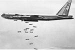 Ảnh: Máy bay B52 rơi trên bầu trời Hà Nội