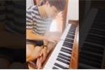 Video: Đội tuyển Việt Nam xả trại, Công Phượng tập đàn piano