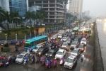 Video: Hà Nội ùn tắc nặng, xe cộ nhích từng mét trong mưa rét