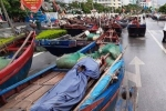 700 chiếc thuyền ở Sầm Sơn lên đường nhựa nằm tránh bão