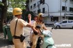Ảnh: Vừa uống vài cốc bia đã đòi lái xe, cụ ông 79 tuổi được CSGT Hà Nội chở về nhà
