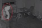 Clip: Trộm quấn giấy vệ sinh kín đầu để 'trốn' camera an ninh