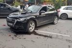 Audi Q5 chạy lùi vùn vụt gây tai nạn liên hoàn: Tông 2 xe máy, đâm biến dạng Mercedes