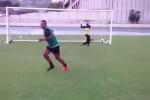 Clip: Mẹo sút bóng vào lưới 'dễ như ăn kẹo' khiến thủ môn bó tay
