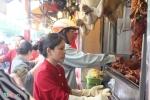 Người dân TP.HCM tranh nhau mua thịt quay ăn Tết Đoan ngọ