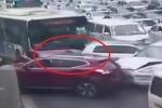 Bị chắn đường, xe buýt ủi nát hàng loạt ô tô