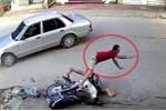 Clip: Ô tô sang đường như trong sân nhà, tông người đi xe máy bay xa