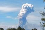 Clip: Núi lửa phun cột khói 4.000 m trên đảo vừa bị động đất, sóng thần ở Indonesia