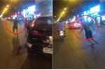 Clip: Va chạm giao thông, tài xế ô tô cầm đá ném taxi như phim hành động