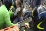 Bị vùi trong đống đổ nát suốt 17 tiếng, bé gái 10 tuổi sống sót kỳ diệu