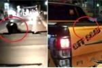 Clip: Chạy xe máy thiếu quan sát, thanh niên để lại dấu răng trên ô tô bán tải
