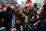 Tổng thống Hàn Quốc bị phế truất: Người dân mở champagne ăn mừng