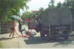 Clip: Xe tải mở cửa kiểu 'giết người', hất văng thanh niên đi xe đạp điện