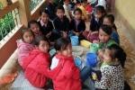 Đang học, trẻ em phải ra sân chạy nhảy cho đỡ rét vì thiếu áo ấm