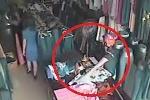 'Nữ quái' vào cửa hàng trộm ví, quay lại trộm nốt điện thoại