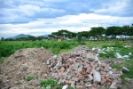 Núi phế thải dưới chân cầu vượt vừa được dọn lại mọc thêm đồi rác khác ở Đà Nẵng