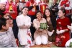 Video: Hoa hậu H'Hen Niê gói bánh chưng tặng trẻ em vùng cao Sơn La