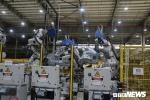 Video: Bên trong nhà máy sản xuất ô tô Vinfast với hàng nghìn robot làm việc