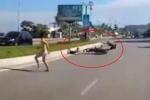 Clip: Trẻ nhỏ lao sang đường như tên bắn, bị xe máy tông ngã văng