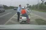 Clip: Phụ nữ đi xe máy lạc vào cao tốc và hành động ấm lòng của tài xế ô tô