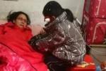 Cảm động bé gái 7 tuổi đòi bán mình chữa bệnh cho mẹ