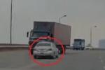 Clip: Ô tô con tập lái chạy kiểu tự sát, suýt lao vào đầu xe tải trên cầu