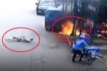 Clip: Xe ba gác cháy ngùn ngụt, người đàn ông bén lửa nằm lăn lộn dưới đất