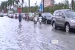 Nghệ An: Ô tô, xe máy 'bơi' trong biển nước giữa phố