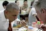 Ông Obama cười tươi, thoải mái dùng đũa ăn bún chả trên truyền hình Mỹ