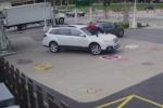 Video: Cô gái phi mình lên nắp capo chặn đứng tên trộm ôtô