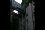 Kinh ngạc cảnh đoàn tàu chạy xuyên qua... chung cư cao tầng