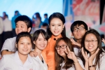 Người đẹp học giỏi nhất hoa hậu Việt Nam bị fans 'bao vây' ở sự kiện